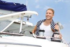 Blonder hübscher junger Mann auf Segelboot. Stockfoto