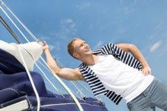 Blonder hübscher junger Mann auf Segelboot. Lizenzfreie Stockfotografie