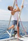 Blonder hübscher junger Mann auf Segelboot. Lizenzfreies Stockbild