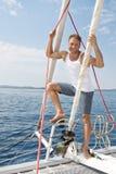 Blonder hübscher junger Mann auf Segelboot. Lizenzfreies Stockfoto