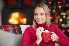 Blonder haltener Becher und Eibisch am Weihnachten essen Stockfotografie