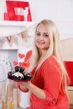 Blonder haltener Nachtisch für Valentinsgruß-Tag Stockfotografie
