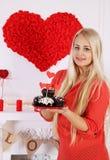 Blonder haltener Nachtisch für Valentinsgruß-Tag Lizenzfreies Stockbild