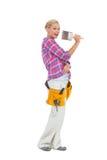 Blonder haltener Pinsel, der einen Werkzeuggurt trägt Lizenzfreies Stockfoto