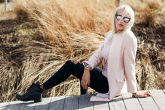 Blonder Hintergrund der Frühlingslandschaft Stockbilder