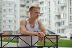 Blonder Hippie-Junge des Porträts mit Tätowierungen und dem stilvollen Haar Lizenzfreie Stockfotos