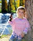 Blonder im Freienpark des kleinen Mädchens Lizenzfreie Stockbilder