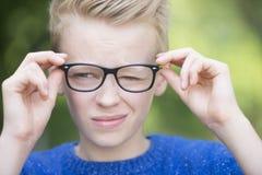 Blonder intelligenter Jugendlichjunge im Freien Lizenzfreies Stockbild
