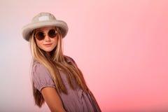 Blonder Jugendlichehut und -Sonnenbrille Lizenzfreie Stockfotografie