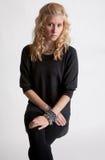 Blonder Jugendlicher, der Projektor betrachtet Stockfotografie