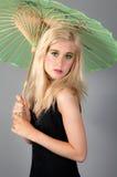Blonder Jugendlicher, der Regenschirm anhält Stockfotos