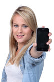 Blonder Jugendlicher, der Telefon hält Lizenzfreies Stockbild