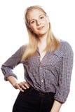 Blonder Jugendlicher des jungen hübschen Mädchens auf Weiß lokalisierte das blonde glückliche Lächeln, Lebensstilleutekonzept Stockfoto