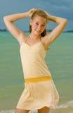 Blonder Jugendlicher am Strand Stockbilder