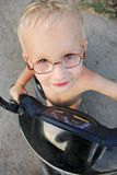 Blonder Junge auf dem Roller Stockfotografie
