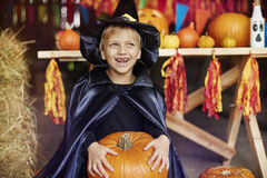 Blonder Junge auf Halloween-Partei Stockfoto
