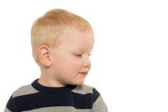 Blonder Junge auf Weiß Stockfoto