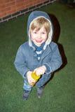 Blonder Junge betrachtet Kamera von der Unterseite mit Lächeln Lizenzfreies Stockbild