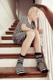 Blonder Junge, der abgestreiftes Hemd und Socken trägt Lizenzfreie Stockbilder