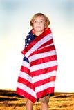 Blonder Junge in der amerikanischen Flagge Stockfotografie