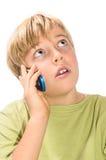 Blonder Junge, der auf Handy spricht Stockfoto