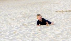Blonder Junge, der den Strand genießt Lizenzfreie Stockbilder