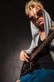 Blonder Junge, der E-Gitarre im Studio spielt Lizenzfreie Stockfotos