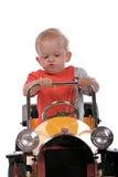 Blonder Junge, der ein Spielzeugauto antreibt Stockbild
