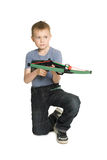 Blonder Junge, der einen Crossbow schießt Stockbilder