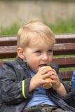Blonder Junge, der Eiscreme isst Lizenzfreie Stockfotos