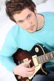 Blonder Junge, der Gitarre spielt Lizenzfreie Stockbilder