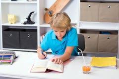 Blonder Junge, der Hausarbeit tut Lizenzfreie Stockfotos