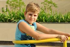 Blonder Junge, der Kamera betrachtet Lizenzfreie Stockfotos