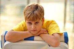 Blonder Junge, der Kamera betrachtet Stockbild
