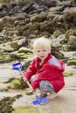 Blonder Junge, der mit Spaten gräbt Lizenzfreies Stockbild