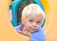 Blonder Junge, der in steigendem Feld spielt Stockfotografie