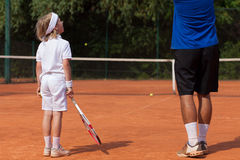 Blonder Junge an der Tennisklasse Stockfotografie