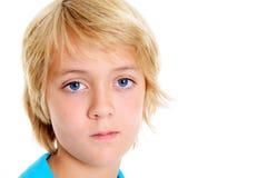 Blonder Junge, der traurig schaut Lizenzfreies Stockbild