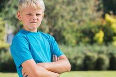 Blonder Junge, der verärgert schaut Lizenzfreie Stockfotografie