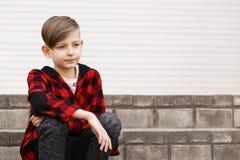 Blonder Junge in der zufälligen Kleidung Lizenzfreies Stockbild