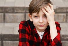 Blonder Junge in der zufälligen Kleidung Lizenzfreie Stockfotografie