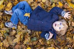 Blonder Junge des Kleinkindes mit blauen Augen Stockbilder