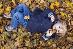Blonder Junge des Kleinkindes mit blauen Augen Stockbild