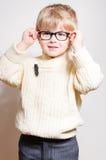 Blonder Junge des Vorschülers in den Schauspielen oder in den Gläsern Stockfotos