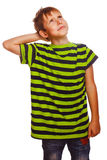 Blonder Junge in gestreiftem grünem Hemd denkt das Verkratzen Stockfotografie