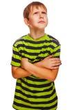 Blonder Junge im grünen denkenden Schauen des gestreiften Hemdes Lizenzfreies Stockbild