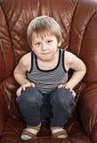 Blonder Junge im Lehnsessel Lizenzfreie Stockfotos