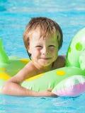 Blonder Junge im Swimmingpool Stockfotos