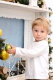Blonder Junge im Weihnachtsinnenraum Stockfotos