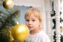 Blonder Junge im Weihnachtsinnenraum Lizenzfreie Stockfotos